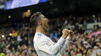 Ekspresi Cristiano Ronaldo usai membobol gawang Girona pada lanjutan La Liga Santander di Santiago Bernabeu stadium, Madrid, (18/3/2018). Gol-gol Ronaldo terjadi pada menit 11', 47', 64', 90'.  (AP/Paul White)