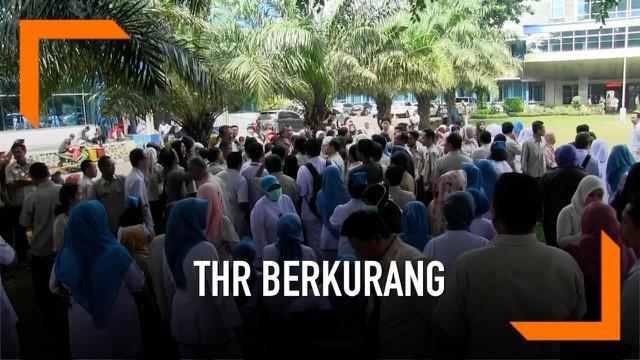 Ratusan karyawan RS Fatmawati berdemonstrasi memprotes jumlah THR yang jauh berkurang dibandingkan tahun 2018.