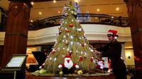Pohon Natal unik terbuat dari padi dan palawija di Kota Solo, Jawa Tengah. (Liputan6.com/Fajar Abrori)