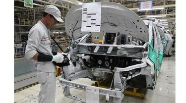 Seorang pekerja di pabrik Mitsubishi di Bekasi