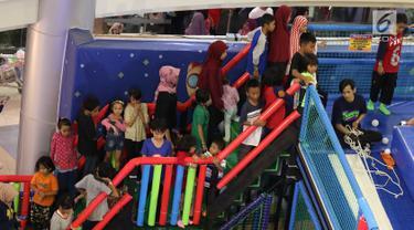 Pengunjung antre untuk bermain di wahana permainan di pusat perbelanjaan Depok, Jawa Barat Sabtu (29/12). Libur Natal dan Tahun Baru dimanfaatkan sebagian warga dengan mengunjungi pusat perbelanjaan bersama keluarga. (Liputan6.com/Immanuel Antonius)