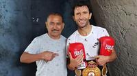 Luis Milla memilih berlatih tinju bersama petinju legendaris Walter Gonza Mauro ketimbang dipusingkan drama Timnas Indonesia dan PSSI. (Instagram/@luismillacoach)