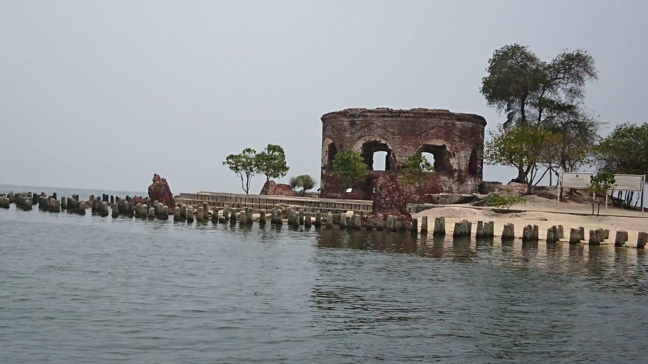 Kisah Pulau Kelor, Puing Benteng Martello, dan Makam Terpendam