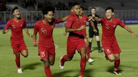 Pemain Timnas Indonesia U-19 merayakan gol pertama yang dicetak Muhammad Fajar Fathur Rachman ke gawang Timor Leste dalam laga Grup K Kualifikasi Piala AFC U-19 2020 di Stadion Madya, Jakarta, Rabu (6/11/2019). (Bola.com/Muhammad Iqbal Ichsan)