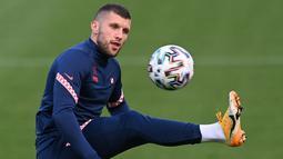 Penyerang Kroasia, Ante Rebic mengontrol bola saat mengikuti sesi latihan di Firhill Stadium di Glasgow (21/6/2021). Kroasia dan Skotlandia sama-sama punya peluang untuk lolos ke babak 16 besar Euro 2020 jelang duel kedua tim. (AFP/Paul Ellis)