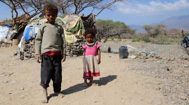 Kondisi anak-anak  Yaman di kamp pengungsian Taez, Yaman (11/1). Menurut WHO pada 2015 tercatat 2,1 juta orang terlantar akibat konflik pemberontak yang didukung Iran dan pasukan pemerintah yang didukung koalisi Arab Saudi. (AFP Photo/Ahmad Al-Basha)