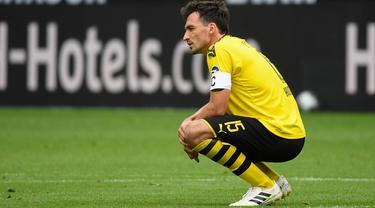 Bek Borussia Dortmund, Mats Hummels, tampak lesu usai ditaklukkan Hoffenheim pada laga Bundesliga di Stadion Signal-Iduna-Park, Sabtu (27/6/2020). Dortmund takluk 4-0 dari Hoffenheim. (AFP/Ina Fassbender)