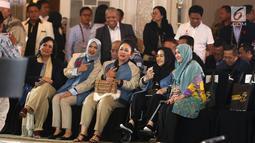 Politikus Partai Berkarya Siti Hediati Hariyadi atau Titiek Soeharto (tengah) didampingi Nur Asia Uno dan Rachmawati Soekarnoputri saat memberi dukungan dalam debat keempat Pilpres 2019 di Hotel Shangri-La, Jakarta, Sabtu (30/3). (Liputan6.com/JohanTallo)