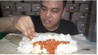 Viral YouTuber Kuli Bangunan Mukbang Sederhana, Hanya Makan Nasi dan Sambal (Sumber: YouTube/Afi Udin)
