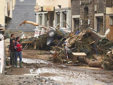 Sejumlah bangunan rusak akibat badai hebat disertai hujan lebat di Altenahr, Jerman, Kamis (15/7/2021). Korban banjir di Jerman barat bertambah menjadi setidaknya 58 orang per Kamis malam (15/7) waktu setempat. (Thomas Frey/dpa via AP)