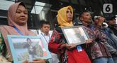 Orang tua Randi dan Yusuf, dua mahasiswa Universitas Halu Oleo yang tewas tertembak saat aksi demo menolak RKUHP dan revisi UU KPK pada September lalu di Kendari, Sulawesi Tenggara, mendatangi Gedung KPK, Jakarta, Kamis (12/12/2019). (merdeka.com/Dwi Narwoko)