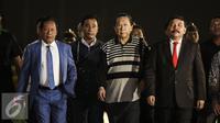 Terpidana kasus korupsi Bantuan Likuiditas Bank Indonesia (BLBI) Samadikun Hartono (tengah) tiba di Bandara Halim Perdana Kusuma, Jakarta, Kamis (21/4/2016) Samadikun telah ditangkap di Shanghai, China beberapa waktu lalu. (Liputan6.com/Faizal Fanani)