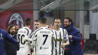 Pelatih Juventus, Andrea Pirlo (kiri) merayakan gol yang dicetak Federico Chiesa ke gawang AC Milan pada pertandingan lanjutan Liga Serie A Italia melawan AC Milan di stadion San Siro, Rabu (7/1/2021). Kemenangan ini membuat Juve kembali memanaskan perburuan Scudetto.  (AP Photo/Antonio Calanni)