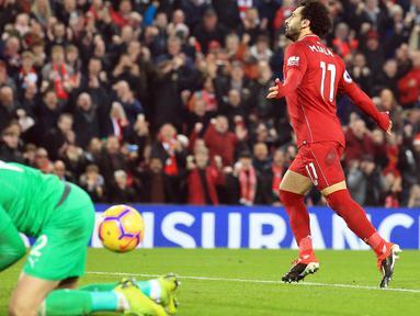 Penyerang Liverpool, Mohamed Salah merayakan golnya ke gawang Newcastle United pada pertandingan Liga Inggris di Stadion Anfield, Rabu (26/12). Liverpool bertahan di puncak klasemen Liga Inggris setelah menghajar Newcastle United 4-0. (AP/Jon Super)
