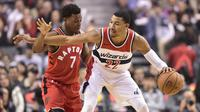 Forward Washington Wizards, Otto Porter Jr (kanan) dijaga guard Toronto Raptors, Kyle Lowry, pada laga NBA 2017-2018 di Air Canada Centre, Minggu (5/11/2017) atau Senin (6/11/2017) WIB. (AP/Frank Gunn)