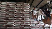Aktifitas Pekerja angkut beras di Pasar Induk Beras Cipinang, Jakarta Timur, Kamis (24/8). Sementara untuk wilayah lainnya yang membutuhkan ongkos transportasi lebih harga tersebut ditambah Rp 500 per kg. (Liputan6.com/Johan Tallo)