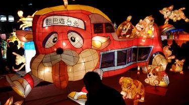 Sebuah lentera yang berbentuk anjing dipajang saat Festival Lentera di Taipei (24/2). Festival Lentera atau Lantern Festival ini digelar pertama kali pada tahun 1990. (AFP/Sam Yeh)