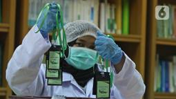 Pekerja lab menunjukkan kalung antivirus corona dari hasil pengolahan laboratorium nano teknologi di balai penelitian dan pengembangan Kementerian Pertanian, Bogor, Jawa Barat, Selasa (7/7/2020). Kalung itu diklaim berkhasiat untuk menghambat replikasi virus corona. (Liputan6.com/Herman Zakharia)