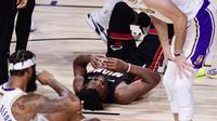Pemain Lakers dan Miami Heat jatuh bangun pada gim 3 final Playoff NBA 2020, Senin (5/10/2020) pagi WIB. (Douglas P. DeFelice / GETTY IMAGES NORTH AMERICA / Getty Images via AFP)