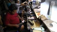 Suasana saat perajin memproduksi sepatu di sebuah rumah industri di Jakarta, Selasa (6/3). OJK dan Menko Perekonomian memfokuskan kredit usaha rakyat (KUR) bagi UKM dengan sistem klaster. (Liputan6.com/Angga Yuniar)