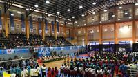 Suasana pembukaan Kejurnas Voli U-17 2018 di GOR Pasar Minggu, Jakarta, Selasa (20/11/2018). (Liputan6.com/Ahmad Fawwaz Usman)
