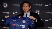 Manajer Chelsea, Frank Lampard menunjukkan jersey Chelsea saat konferensi pers di Stadion Stamford Bridge, London, Inggris, Kamis (4/7/2019). Sebelumnya Lampard membela The Blues selama 11 tahun. (AP Photo/Matt Dunham)