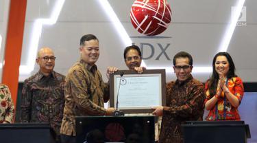 Dirut PT Danareksa Investment Management Marsangap P. Tamba (kiri) foto bersama dengan Direktur Bursa Efek Indonesia Samsul Hidayat saat peluncuran Danareksa ETF Indonesia Top 40 di BEI, Jakarta, Selasa (24/4). (Liputan6.com/Angga Yuniar)
