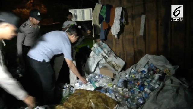 Sebuah kios jamu digerebek petugas dan kedapata menjual miras oplosan dan resmi.