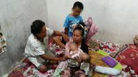 Bayi kembar siam Meisya dan Meikha saat digendong ibunya, Eka Handayani (Polda DIJ for JawaPos.com)