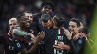 Penyerang AC Milan, Zlatan Ibrahimovic berselebrasi dengan rekan-rekannya usai mencetak gol ke gawang Cagliari pada pertandingan Liga Serie A Italia di Sardegna Arena (11/1/2020). Ibrahimovic mencetak gol dimenit ke-64 dan merupakan gol perdananya di AC Milan musim ini. (Spada(/LaPresse via AP)