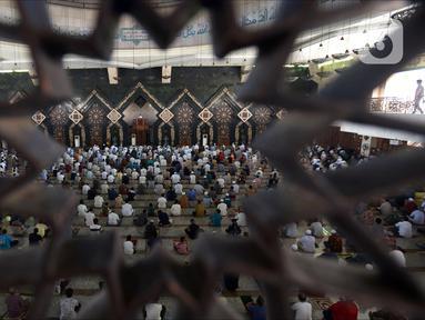 Jemaah melaksanakan ibadah salat Jumat di Masjid Agung At-Tin, Jakarta, Jumat (5/6/2020). Sejumlah masjid di Jakarta menggelar salat Jumat karena sudah memasuki masa PSBB transisi menuju new normal. (merdeka.com/Imam Buhori)