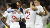Gareth Southgate menghibur Danny Rose setelah kalah di semifinal melawan Kroasia, Piala Dunia 2018. (Francisco Seco / AP