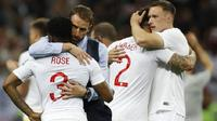 Gareth Southgate menghibur Danny Rose setelah kalah di semifinal melawan Kroasia, Piala Dunia 2018. (Francisco Seco / AP