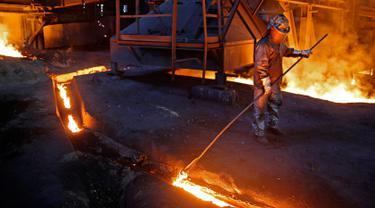 Pekerja memproses baja cair di pabrik baja ArcelorMittal di Zenica, Bosnia dan Herzegovina, (9/2). ArcelorMittal merupakan produsen baja terbesar di dunia yang tersebar di sekitar 60 negara dan berpusat di Luksemburg. (REUTERS/Dado Ruvic)