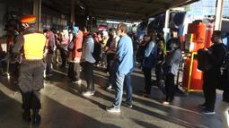 Calon penumpang KRL Commuter Line mengenakan masker antre memasuki Stasiun Bekasi, Selasa (5/5/2020). Pihak Stasiun Bekasi menerapkan jaga jarak antar penumpang, membatasi jumlah penumpang hingga 50% dan membatasi jam operasional dari pukul 06.00 hingga 18.00. (Liputan6.com/Herman Zakharia)