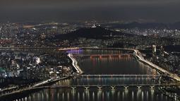 Pemandangan malam ibu kota Korea Selatan, Seoul dengan Sungai Han terlihat di Seoul, Korea Selatan (7/8/2020). (AP Photo/Lee Jin-man)