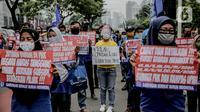 Massa yang tergabung dalam Front Perjuangan Rakyat (FPR) melakukan unjuk rasa di Jalan Gerbang Pemuda, Senayan, Jakarta, Jumat (14/8/2020). Dalam aksinya mereka menolak rencana pengesahan RUU Cipta Kerja atau omnibus law. (Liputan6.com/Faizal Fanani)