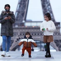 Seorang ibu dan anak-anaknya berjalan-jalan di Lapangan Trocadero dekat Menara Eiffel di Paris, Prancis, pada 16 November 2020. Prancis pada Senin (16/11) melaporkan tambahan 506 kematian akibat virus corona COVID-19, lebih tinggi dibandingkan 302 kematian pada Minggu (15/11). (Xinhua/Gao Jing)