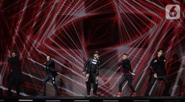 (Kiri ke kanan) Personel boyband Backstreet Boys Nick Carter, Howie Dorough, A.J. McLean, Brian Littrell, dan Kevin Richardson tampil menghibur penggemarnya saat konser di JIExpo Kemyoran, Jakarta, Sabtu (26/10/2019). Konser bertajuk DNA World Tour Jakarta 2019. (Fimela.com/Bambang Ekoros Purnama)