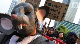 Aktivis lingkungan melakukan long march dari Dukuh Atas menuju Istana, Jakarta, Sabtu (26/10/2019). Mereka meminta Presiden Joko Widodo atau Jokowi lebih memperhatikan isu lingkungan seperti penyelamatan hutan dan pelindungan petani. (Liputan6.com/JohanTallo)