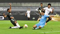 Kiper Sevilla, Yassine Bounou, tampil gemilang saat bersua Manchester United pada laga semifinal Liga Europa di RheinEnergieStadion, Cologne, Senin (17/8/2020) dini hari WIB. (Martin Meissner / POOL / AFP)