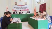 Musyawarah sengketa Pilkada Mamuju terkait dugaan penggunaan ijazah palsu atau inprosedural (Foto: Liputan6.com/Abdul Rajab Umar)