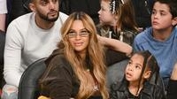 Penyanyi Beyonce dan putrinya Blue Ivy Carter saat menonton pertandingan NBA All-Star Game 2018 di Staples Center di Los Angeles, California, AS (18/2). (Allen Berezovsky/Getty Images/AFP)