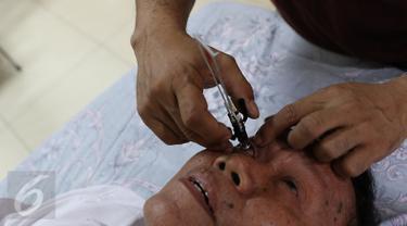 Warga sedang melakukan pengecekan mata yang diadakan oleh Kantor Wilayah Direktorat Jenderal (Ditjen) Pajak Jakarta Barat, Jakarta, Sabtu (28/11/2015). (Liputan6.com/Herman Zakharia)