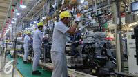 Pekerja merakit komponen mobil di PT TMMIN, Jakarta, Senin (9/5). Diharapkan industri komponen nasional tumbuh seiring dengan pertumbuhan industri otomotif, yang ditargetkan memproduksi hingga 2 juta unit per tahun. (Liputan6.com/Angga Yuniar)