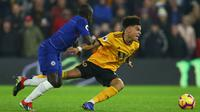 Gelandang Chelsea, N'Golo Kante, berebut bola dengan gelandang Wolverhampton, Morgan Gibbs-White pada laga Premier League di Stadion Molineux Wolves, Kamis (5/12). Wolves menang 2-1 atas Chelsea. (AFP/Geoff Caddick)