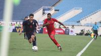 Striker Timnas Indonesia U-23, Marinus Wanewar, berebut bola dengan pemain Thailand U-23, Kannarin Thawornsak, dalam laga kualifikasi Piala AFC U-23 2020 yang digelar di Stadion My Dinh, Hanoi, Vietnam, Jumat (20/3/2019). Timnas Indonesia U-23 kalah telak 0-4 dalam laga ini. (PSSI).