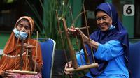 Para lansia mengikuti latihan angklung di Rumah Rehabilitasi Psikososial Dinas Sosial Kota Tangerang, Banten, Rabu (19/5/2021). Kegiatan berlatih angklung bagi lansia tersebut guna mengisi waktu luang sekaligus melatih motorik, auditori, dan sensorik para lansia. (Liputan6.com/Angga Yuniar)