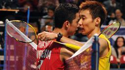 Sahabat sekaligus rival, Lee Chong Wei saat mengalahkan Taufik Hidayat di final Hong Kong Open Badminton Super Series pada Desember 2010 lalu. (AFP/Mike Clarke)