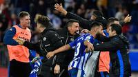 Para pemain Deportivo Alaves merayakan kemenangan timnya atas Real Madrid pada pertandingan lanjutan La Liga Spanyol di stadion Mendizorroza, di Vitoria (6/10). Madrid takluk 1-0 Deportivo Alaves. (AP Photo/Alvaro Barrientos)